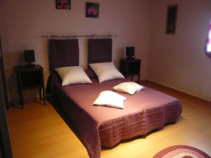 votre grand lit dans une grande chambre
