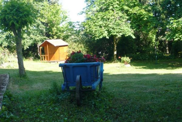 jardin avec cabane et balançoires
